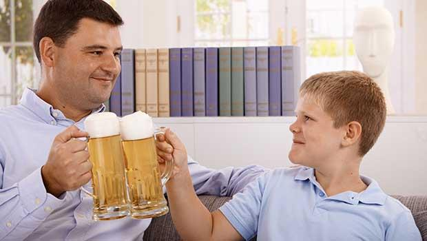 荷蘭爸爸:如果小孩早晚會碰酒精,為何不讓他們在家學著喝?