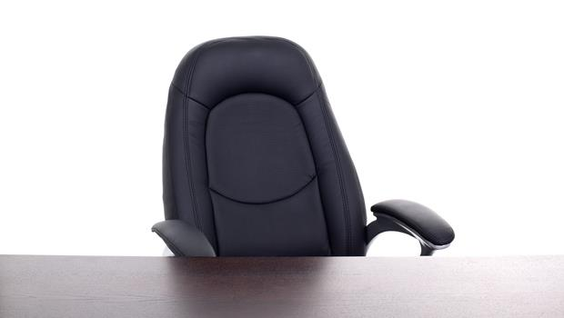 有影片》神奇日本辦公椅!拍一下手,整間辦公室椅子全部乖乖排好