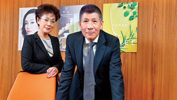 呂恩政(右)與妻子鄭娟芳當年為解決父親的財務危機,一肩扛起東方美的美妝品牌代理,如今是台灣此領域僅存少有的獨資代理商。