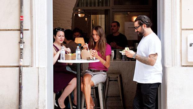 店面極小的蘿賽塔玫瑰小漢堡鋪僅能容納8位顧客內用。