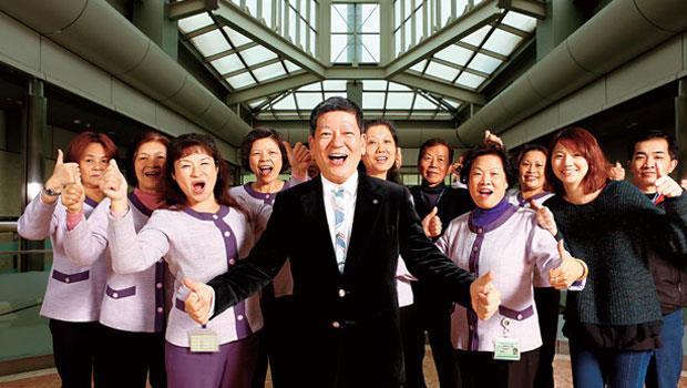 吳榮發(中)的清潔王國團隊員工上千人,一手包下國內外各大企業清掃工程,誠品、IBM、和碩、故宮,都是他的客戶。