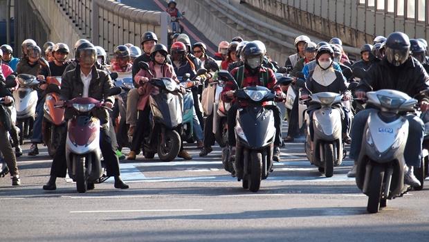 台灣人常騎的機車不是motorcycle?各種交通工具的英文懶人包,快收藏!