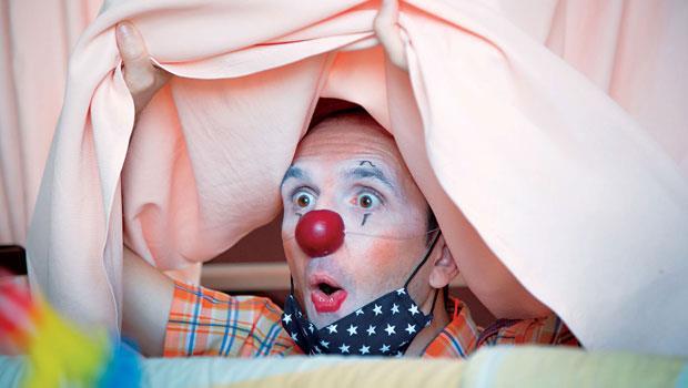 對小丑醫生來說,能演出的角落俯拾皆是,病房是舞台、床帳是簾幕,點滴、針筒,都能成為道具。Luc(圖)的伴侶馬照琪,是台灣「紅鼻子醫生計畫」主要發起者,兩人在法國接受專業小丑醫生訓練後,返台到兒童癌症病
