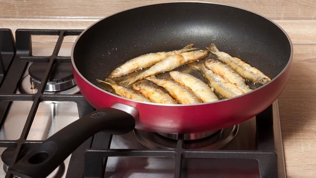煎魚讓你家充滿油煙魚腥味?煮一鍋●●●,就能把異味通通帶走
