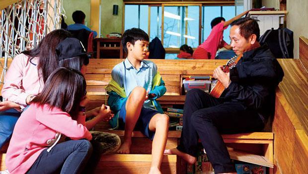 從16年前,陳俊朗就靠一把吉他、一套拳、一碗麵,成為知本孩子最流行的下課去處,第一批孩子,有的已成吉他老師。