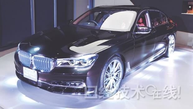 技術差也不怕!BMW最新超音波感應「自動停車」,人站車外就能停好車