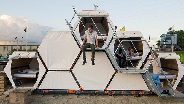每次露營都只能睡又小又窄的帳篷?最新「蜂巢」帳篷,不只有床還有沙發