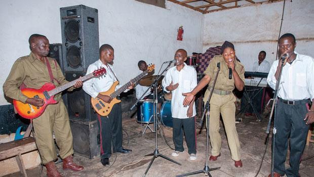 即使在松巴監獄如此困苦的環境中,音樂也能燃起獄友希望。