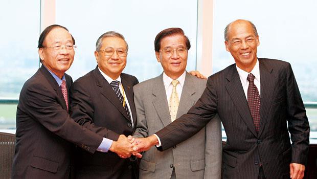 台灣工銀董事長駱錦明(左2)預計2019年購併華票,雙方業務有互補的優勢。