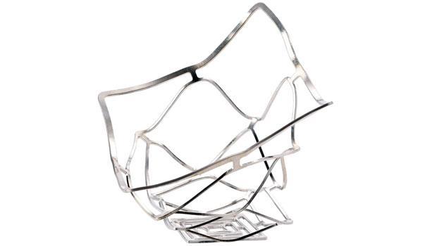 可塑錫籃來自金屬產業悠久的高岡市,將錫過軟的缺點轉為優點,用製造出可隨意扭曲變形的置物籃。
