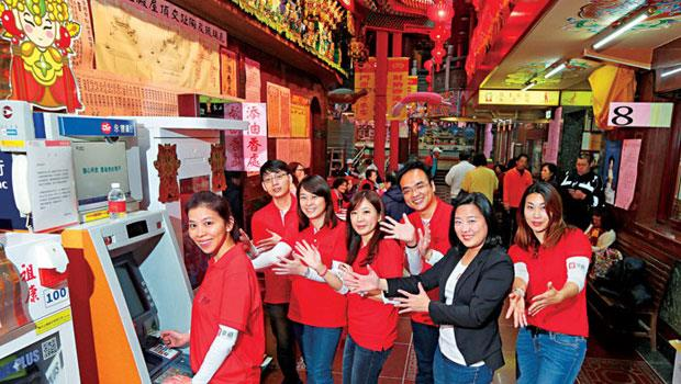 在永豐銀行電子金融處長陳亭如(右2)帶領下,該行替各大宮廟打造專屬的ATM,從南到北都有廟宇合作。