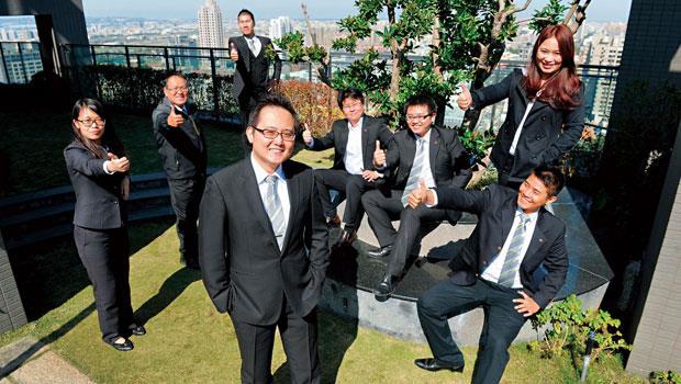 信義房屋崇德店店長方浩銓(前排左)靠「快攻」帶領團隊,成交件數排名從全公司第189 名,2 年內躍上第2 名。