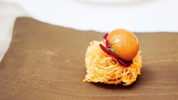 Salli Boti是油炸馬鈴薯絲佐羊肉咖哩球,重新詮釋傳統菜,好吃極了。
