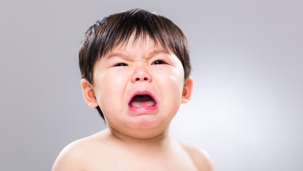 是媽媽看完都會哭!真人實錄:我這樣度過一個有嘔吐物、尿濕床單以及大哭孩子的夜晚