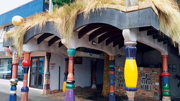 紐西蘭北部咖哇咖哇的廁所裡面也都是用彩色瓷磚鑲的一大堆稀奇古怪的圖案