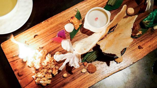 最後的「Petit Four」讓人歎為觀止,一長條木板上散落著米餅、茉莉煙燻米香、娘惹糕、椰子蒸西谷米、椰子太妃糖等小點,彷彿捨不得解散的派對,熱鬧直到最後一刻。