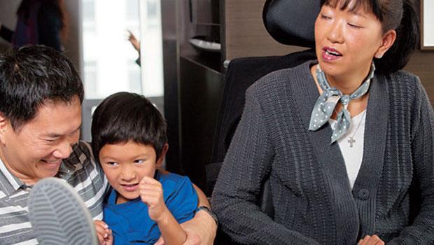 拍照當天,王樂怡希望全家合照,但小兒子因起床氣不願入鏡,媽媽只能依賴管家賴瑞(左1)逗他開心。