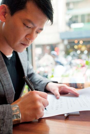 作家、電視節目主持人謝哲青 以歷史學者身分觀察世界,以人類學者觀點記錄時事,曾任大英博物館、倫敦國家藝廊研究助理,熱愛旅行走遍97國,藉由書寫分享所見所聞