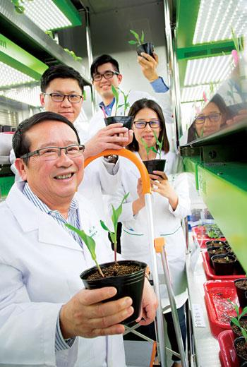 吳正邦(前)在美打拚逾30 年,本想回台灣退休,沒想到陰錯陽差再創業,還能站上國際舞台。