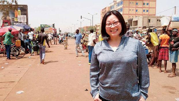 非洲街頭是王素英最好的市場。客戶買她的三輪車來載客、運可樂,1 年就回本。右圖為她改裝的消防車與餐車