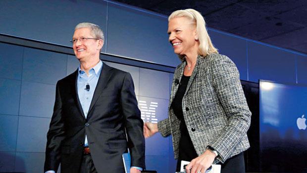 庫克(左)上任來打破許多賈伯斯原則,把iPhone 變大、推觸控筆等。然而和IBM合作卻不是太意外,畢竟庫克進蘋果前就是IBM 員工。圖右為IBM 執行長羅梅蒂。