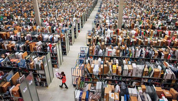 上千坪倉儲裡僅一名員工穿梭其中,全自動化的亞馬遜,早早就為物流革命開第一槍。