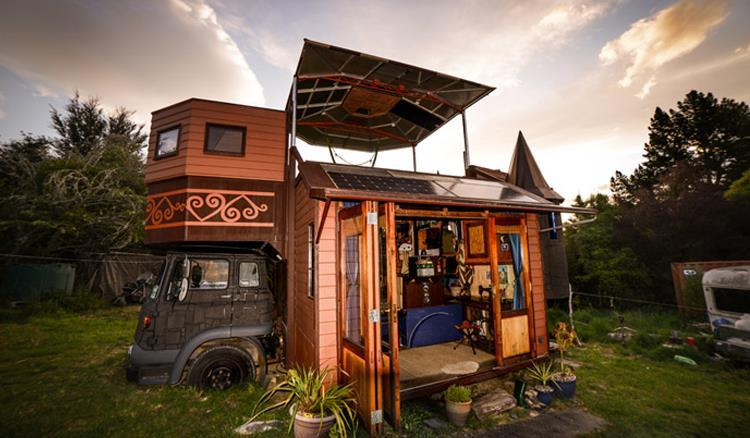 廚房、臥房、衛浴、壁爐通通有!這對夫妻親手打造,把小套房塞進露營車