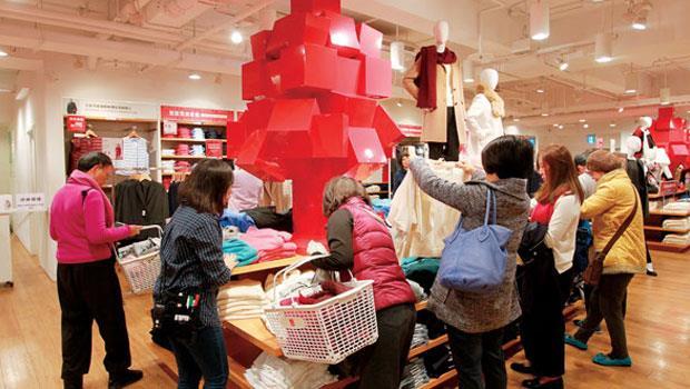 服裝店什麼品項在打折,什麼產品熱賣,都是判斷紡織品相關原物料需求的風向球。