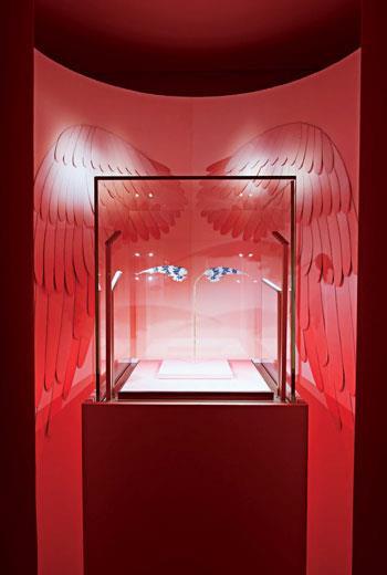 展場中的這枚羽翼狀胸針,由Joseph Chaumet於1908年採用鉑金、黃金、鑽石及琺瑯製成。