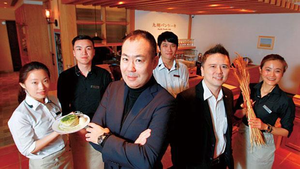 餐飲門外漢蔡景明(右2)操盤日本鬆餅小店,1 年之內在台連開兩家,滿席率達9 成。