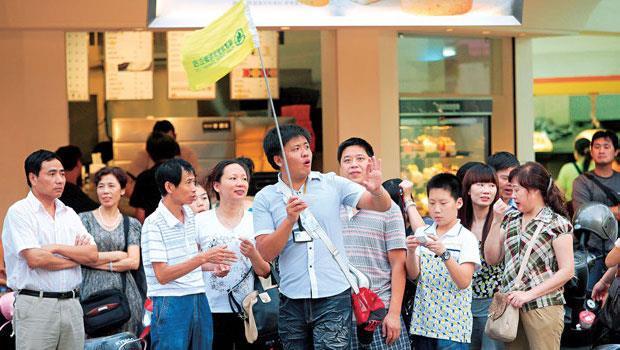 市場傳出中國要大砍陸客團來台總量,對一連串視陸客為消費主力的旅館、伴手禮業者來說,日子將越來越難過。