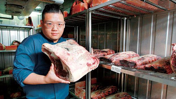 凌維廉靠著牛肉研發的技術和熱情,被國賓相中升為第三任主廚,每年出國找食材,對牛排的鑽研甚深。