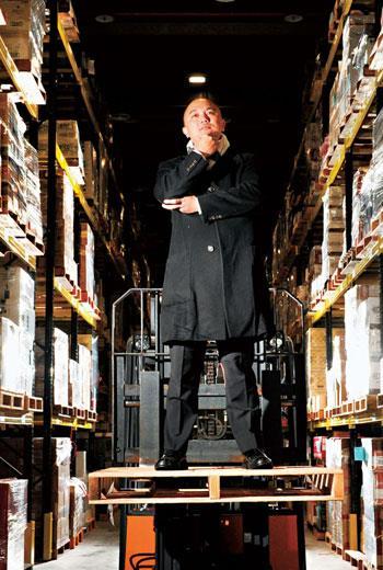 張建泰是老牌營造公司二代,有了國泰人壽支持,永聯物流成名酒精品來台後停泊的第一站。
