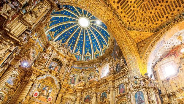 聖方濟教堂內部的鍍金裝潢。照片左側中央的雕像,即所謂的末世聖母(Virgin of the Apocalypse),是基多市的象徵。
