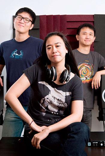 台灣瘋狂女吉他手吳采頤(中),加上宅男博士生蕭逸群(左)、謝沛倫(右),開創音效史的新紀元。