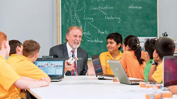 「誰需要教科書?下禮拜就過時了!」澳洲小學老師強生(圖中)的課堂上,見不到學生鎮日埋頭讀書的景象,他喜歡讓孩子一邊動手做、一邊學。