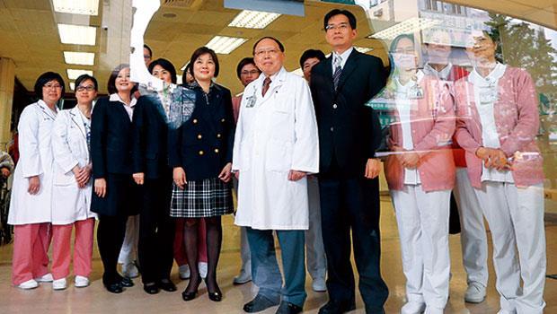彰基院長郭守仁(圖中著白袍者)打造「金牌顧問團」進軍中國市場,用新思維打破台灣醫療崩壞困境。