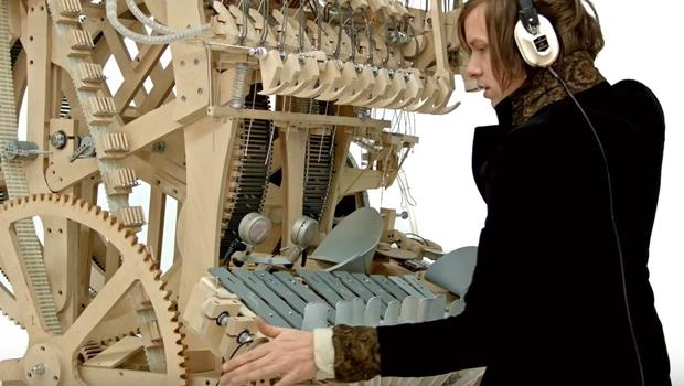 柏青哥可以這樣用?瑞典音樂家用2千顆小鋼珠組超大樂器,打造一人交響樂團