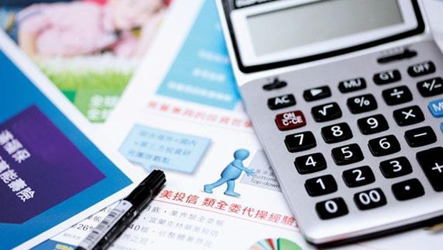 類全委保單看似保險商品,但其實本質更接近投資的商品,仍直接承受市場波動的風險。