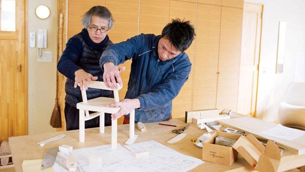 2015年的「君の椅子」由建築師中村好文(圖中左起)與匠師大門和真合作,選材為樹齡百年的北海道特有種水楢木。