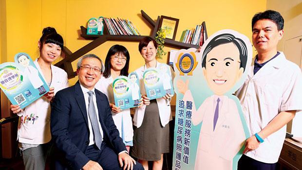 不看感冒、只看單一科別,游能俊(左2)的20 人糖尿病衛教團隊,用創意讓診所連8 年獲獎。