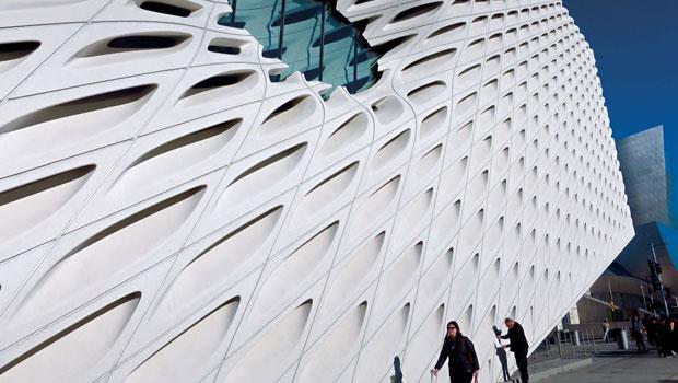 位於洛杉磯的布洛德美術館(The Broad Museum)由建築師 Diller, Scofidio +Renfro所設計,他們在建築外圍覆蓋一個類似蜂巢的表面。