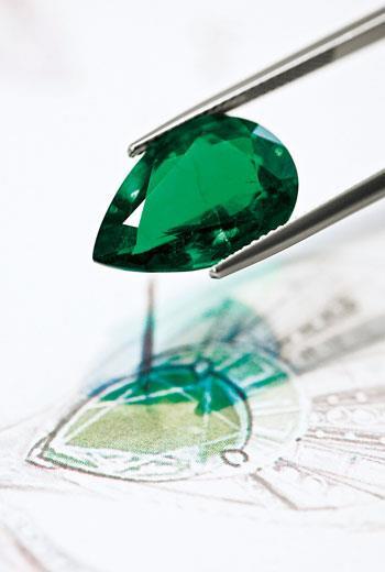 即使是客人自己的傳家寶石,也需要通過品牌的鑑定,符合品牌標準才能使用。