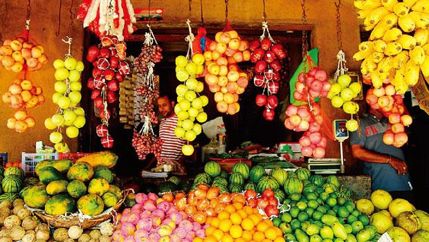說來有趣,旅行之際,最讓我著迷的,不見得是歐洲那些美輪美奐的市集,反是東南亞、南亞的市場。即使在髒亂裡,卻依然展現出絕佳的品味與用心──攤攤都擺排得花團錦簇,再加上大量自然材質手工盛器,襯得蔬果魚鮮肉