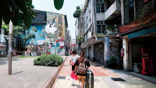 西門町租金年年漲,美國街一帶因位置邊陲,租金相對低廉,成為形塑潮文化的潮牌店、街頭藝術工作者立足西門町的最後一塊堡壘。