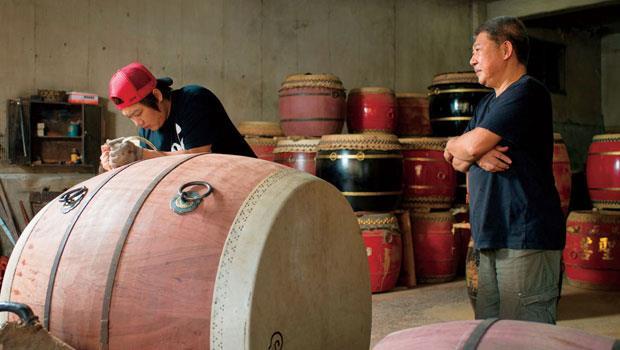 王錫坤也逐步將一身技藝傳承給第三代傳人王凱正(左),而年輕一代更開始運用網路行銷延續老招牌生命。