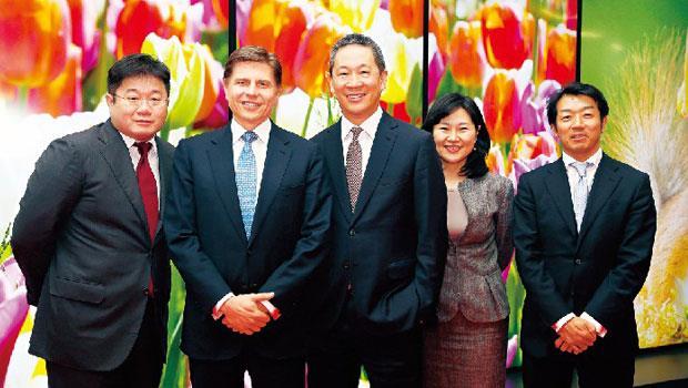 簽約前一天,郭董在大阪宴請摩根大通團隊,北亞區銀行業務執行長錢國維(中)可說是鴻夏戀最大功臣之一。