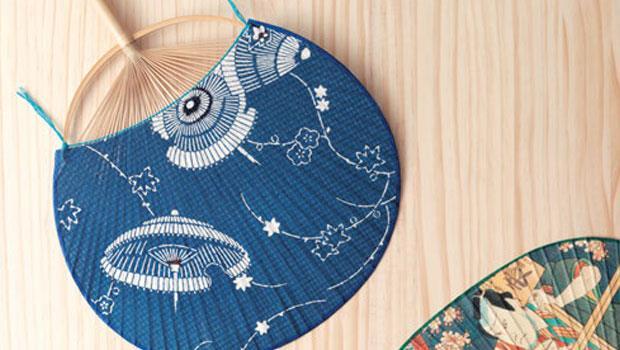 以一根竹子製成扇骨與握柄的江戶圓扇。畫有傘圖案的大滿月(2,100日圓)。