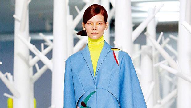 伸展台上的模特兒穿著寧靜藍大衣,呼應彩通指定的2016年度色。