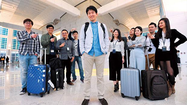 在雪豹,國際出差向海外進攻是家常便飯,因此人手一個行李箱放在辦公室,曾詠超(圖中)去年累積出差時間長達3 個月以上。